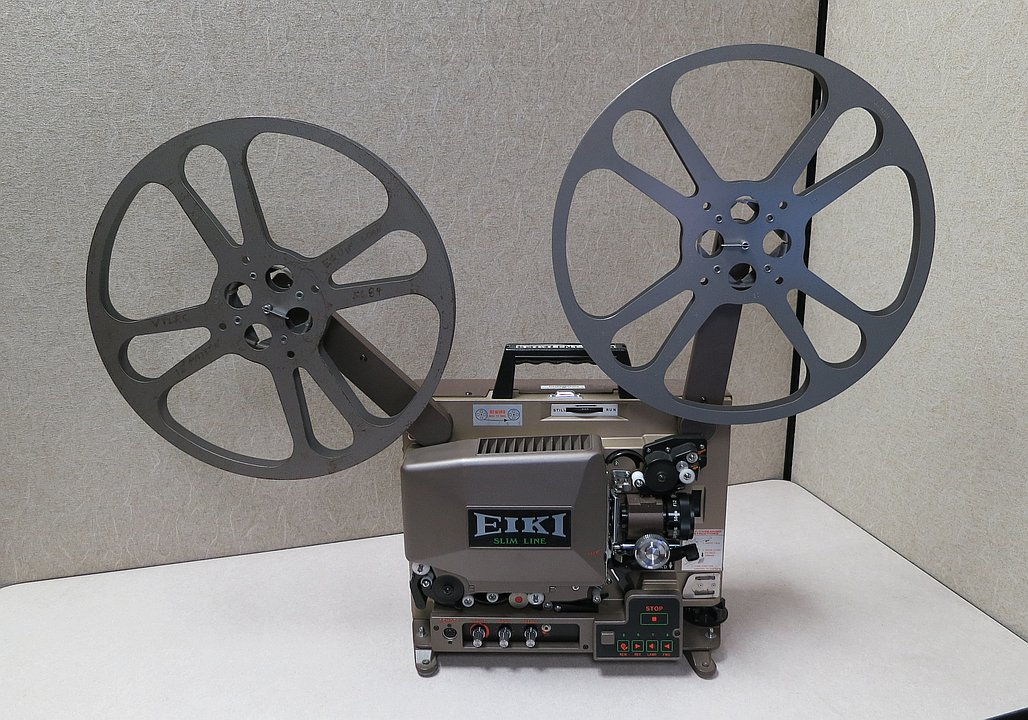 16mm film projector with carrying handle
